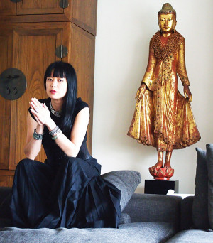 Joanne Ooi L'93 creates and sells jewelry online at prices in proportion to demand.